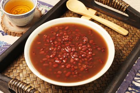 Un tazón de sopa de frijol rojo casera