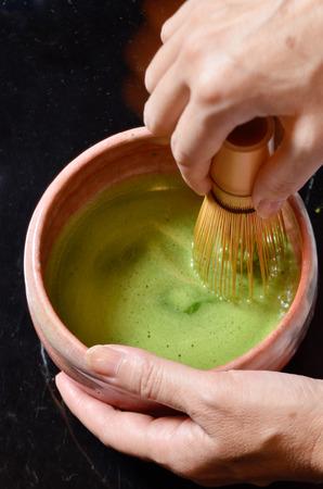 ceremonia: Ceremonia japonesa del té, té Matcha prepara con batidor de bambú Foto de archivo