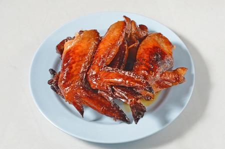 alitas de pollo: alitas de pollo a la parrilla en un plato