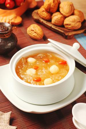 hongo: postre tradicional china - hongos y semillas de loto blanco dulce sopa