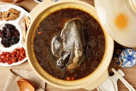 허브와 함께 중국 검은 치킨 수프
