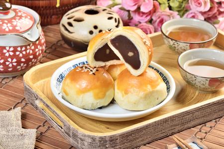 빨간 콩 붙여 넣기 호두 커널 문 케이크와 함께 중국가 축제 음식.