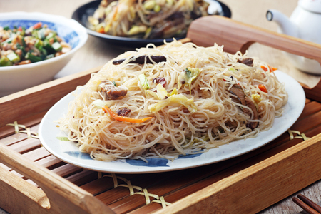 Stir fry rice noodles with vegetables, mushrooms, cabbage and carrot on the plate. Banque d'images