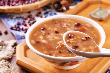 Eight treasure porridge on wooden board Stockfoto