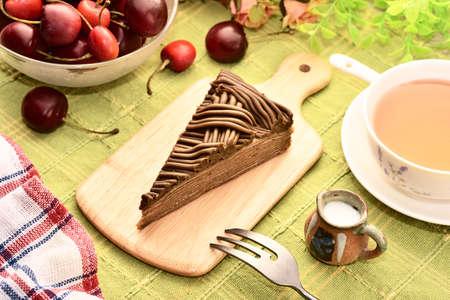 Hojicha mille crepes cake on wooden tray 版權商用圖片