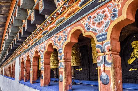 Řada tradičních bhutanských buddhistických modlitebních kol v Punakha Dzong, Bhútán - Punakha Dzong nebo Pungthang Dewachen Phodrang (Palác velkého štěstí) v Punakha, starém hlavním městě Bhútánu.