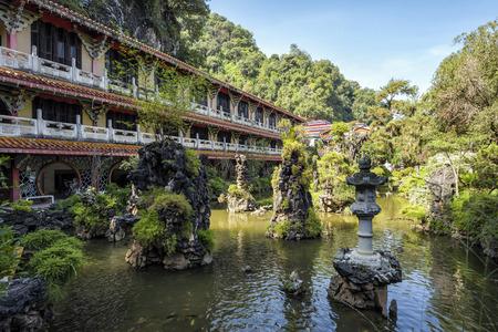サム・ポー・トン寺院、イポー、マレーシア。これは、国内最大の洞窟寺院であり、鍾乳石や石灰岩の間に散在する仏像の様々な彫像で、芸術と信