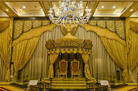 Balai Rong Seri of Istana Negara, Royal Museum, Malaysia. The hall was used for official and customary functions include ceremonial occasions of taking the royal plead, the installation rite, and the appointment of a new prime minister. Banque d'images - 122970465