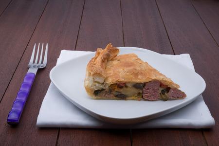 savoury: чабер пирог с овощами на деревянный стол
