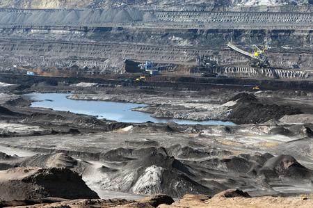 mineria: una mina de carb�n de color marr�n con una excavadora de rueda de cangilones Foto de archivo