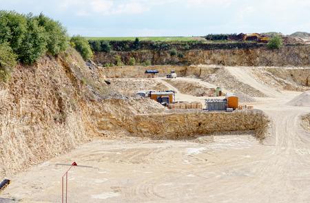 skały osadowe na kamieniołomu wapienia. kopalnia odkrywkowa. przemysł kopalniany. Zdjęcie Seryjne