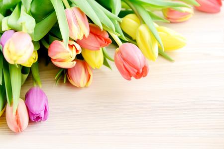 arreglo floral: Manojo de tulipanes en el fondo de madera blanca