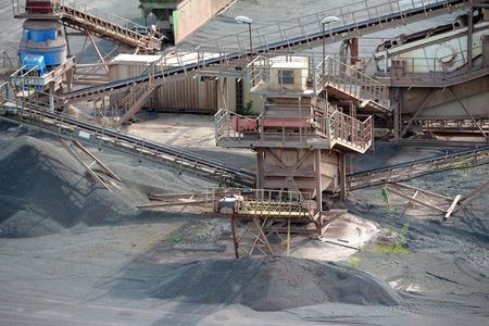mineria: piedra de la m�quina trituradora en una mina a cielo abierto. Industria minera Foto de archivo