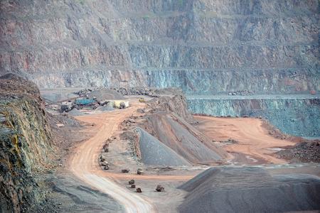 mining: piedra de la máquina trituradora en una mina a cielo abierto. Industria minera Foto de archivo