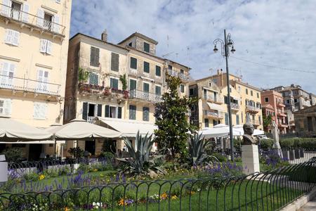Ciudad de Corfú, Corfú / Grecia el 31 de mayo de 2018: Paisaje urbano de la ciudad de Corfú (Grecia) con su parte típica del casco antiguo. Gente caminando en Esplanade con sus pequeños bares y restaurantes. Editorial