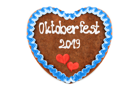 Oktoberfest 2019 Gingerbread heart with white isolated background. October festival is a seasonal beer event in Munich (Germany). Traditional heart cakes. Stockfoto
