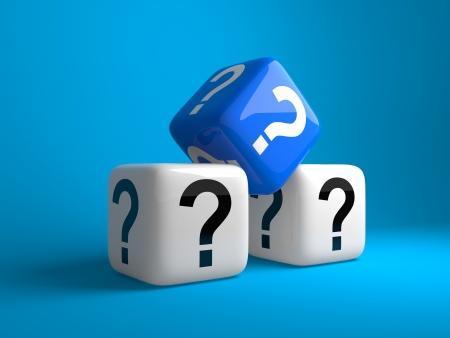 Kubussen met vraag tekens op een donkere blauwe achtergrond Stockfoto