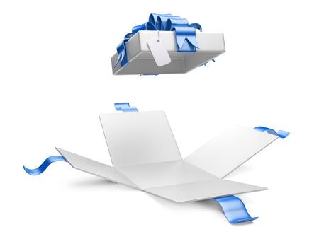 cajas navide�as: Caja de regalo abierto con etiqueta de regalo en blanco aislado en un fondo blanco Foto de archivo