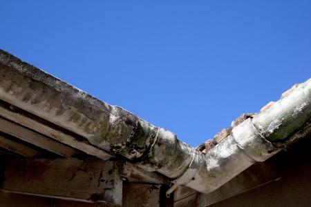 かびの生えた放置アスベスト樋の隅の上方 vew