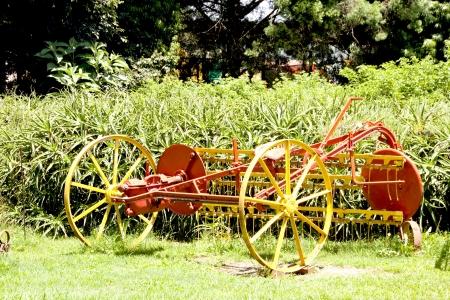 implement: restaurato annata attrezzo agricolo dipinta di giallo e rosso