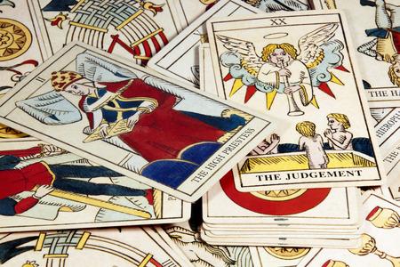 rueda de la fortuna: pila de las cartas del tarot para la adivinación