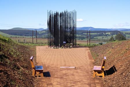 metal sculpture: Howick, KwaZulu-Natal, Sud Africa - 30 dicembre 2013: Scultura di metallo di Nelson Mandela nel sito in cui � stato arrestato nel 1962 dal governo dell'apartheid.