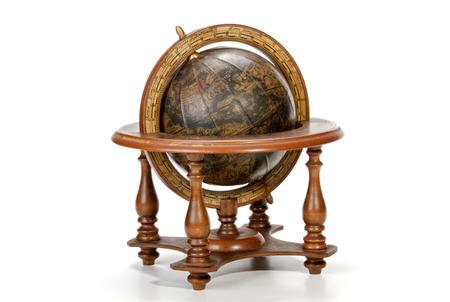 wereldbol: nautische wereldbol op de tafel op houten tribune