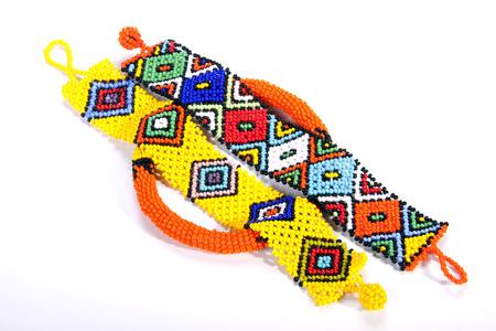armband: due braccialetti di perline Zulu in cima a una fascia circolare Archivio Fotografico