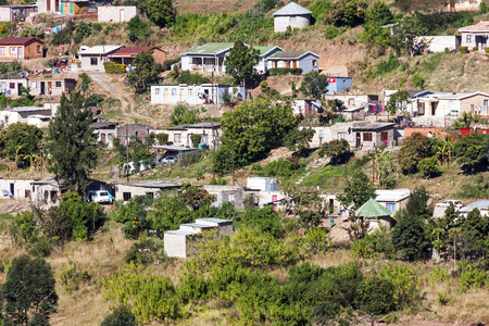 arbol de problemas: Many unknown people living in crowded low cost township housing  settlement in Mariann Hill Foto de archivo