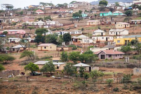 Colorful huts and housing scattered informally on steep hillside in south africa 版權商用圖片
