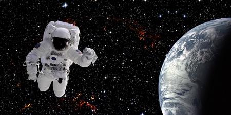 Hoge kwaliteit geïsoleerd samengestelde astronaut in de ruimte van echte NASA beelden