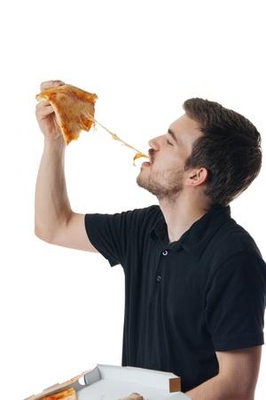 Junger Mann isst Pizza isoliert auf weiß
