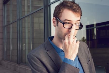 mittelfinger: freche junge Gesch�ftsmann auf subtile Weise zeigt Mittelfinger