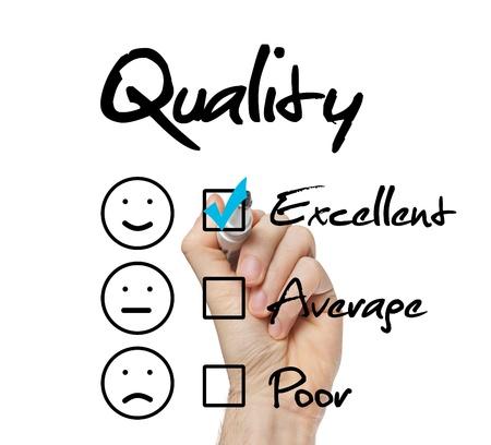 Hand zetten vinkje met blauwe markering op een uitstekende kwaliteit evaluatieformulier Stockfoto