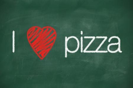 J'adore la pizza manuscrite � la craie blanche sur un tableau Banque d'images - 22255019