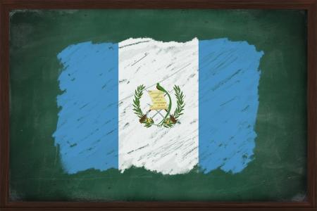 bandera de guatemala: Guatemala bandera pintada con tiza de color en la pizarra de edad