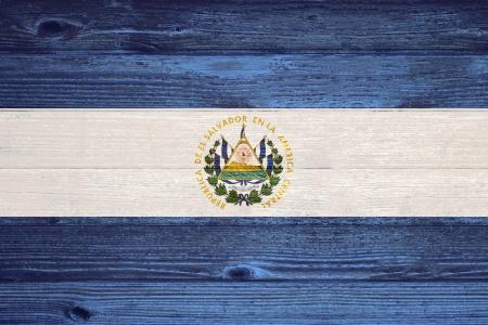 bandera de el salvador: Bandera de El Salvador pintado en viejo fondo de madera del tabl�n