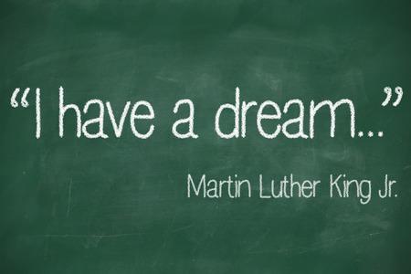 나는 마틴 루터 킹 (Martin Luther King)의 꿈을 가지고있다. 주니어는 흰 분필로 검은 칠판에 쓴다.