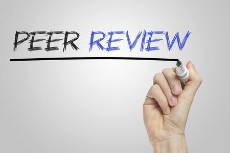 peer to peer: La revisión por pares escrito en una pizarra blanca Foto de archivo
