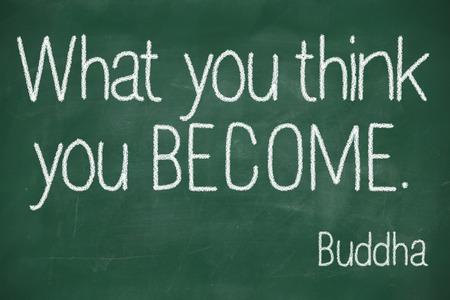 """famosa cita de Buda """"¿Qué crees que se convierten en"""" escrita a mano en la pizarra"""