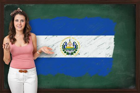 bandera de el salvador: Mujer hermosa y sonriente, mostrando la bandera de El Salvador en la pizarra