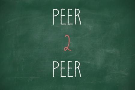 peer to peer: Peer 2 peerhandwritten en la pizarra de la escuela Foto de archivo