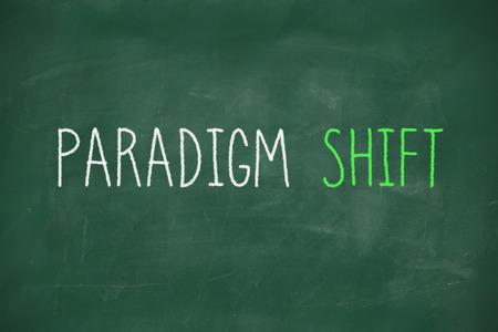 paradigma: Manuscrita Cambio de paradigma en la pizarra de la escuela Foto de archivo