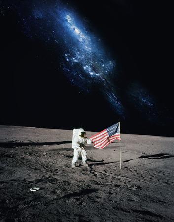 sonne mond und sterne: Astronaut zu Fu� auf Mond mit Galaxie Hintergrund.