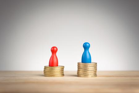 renta: Concepto de brecha salarial con azul figura que simboliza los hombres y mujeres de empe�o rojos Foto de archivo