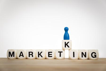 conceito: Mercado rei conceito: peão rei na palavra Marketking escrito por dados de brinquedo Banco de Imagens