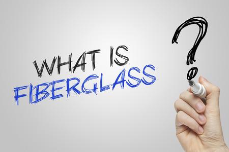 fiberglass: Escritura de la mano lo que es de fibra de vidrio sobre fondo gris