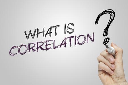 correlation: La scrittura a mano ci� che � correlazione su sfondo grigio