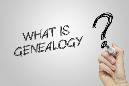 árbol genealógico: Escritura de la mano lo que es la genealogía sobre fondo gris