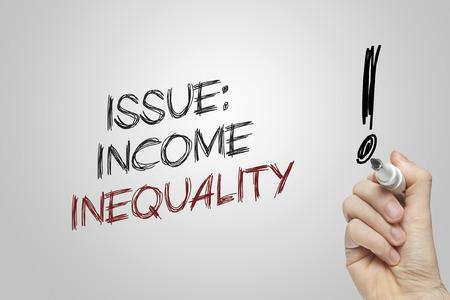 desigualdad: La desigualdad de los ingresos de la mano tema escrito sobre fondo gris